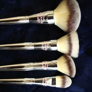 It cosmetics Live Beauty Fully Brush Bundle